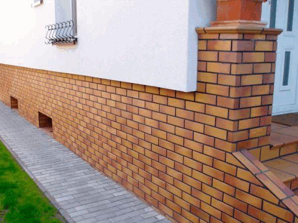 Облицовка цокольных этажей и фундамента